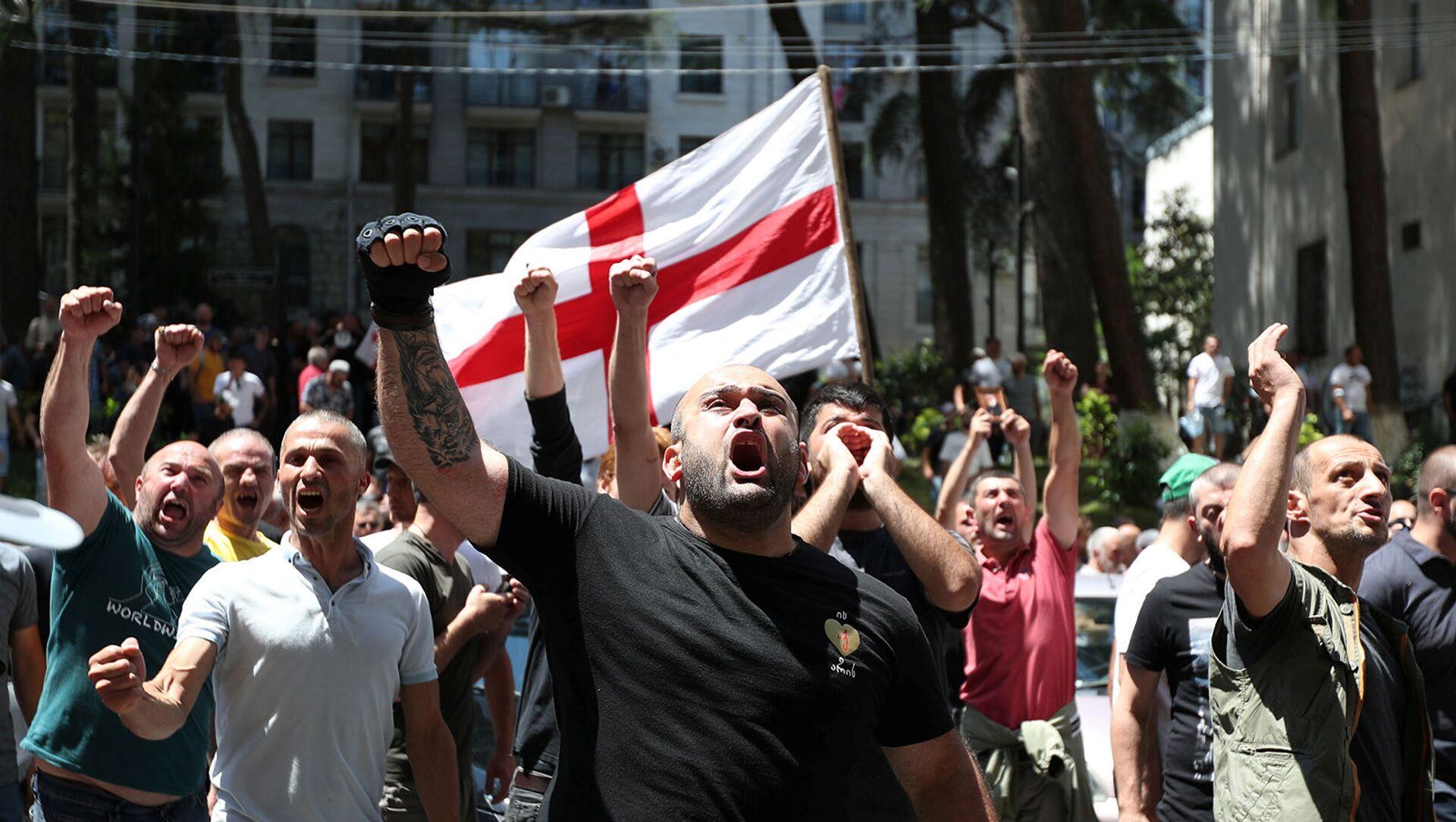 Протестующие против ЛГБТ во время митинга перед запланированным Маршем достоинства (5 июля 2021). Тбилиси - Sputnik Արմենիա, 1920, 05.07.2021
