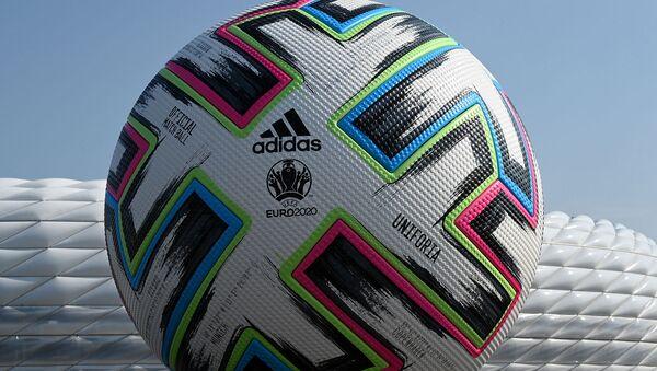 Модель официального футбольного мяча Uniforia от Adidas Чемпионата Европы по футболу UEFA EURO 2020 2021, установленная перед футбольным стадионом в Мюнхене  - Sputnik Армения