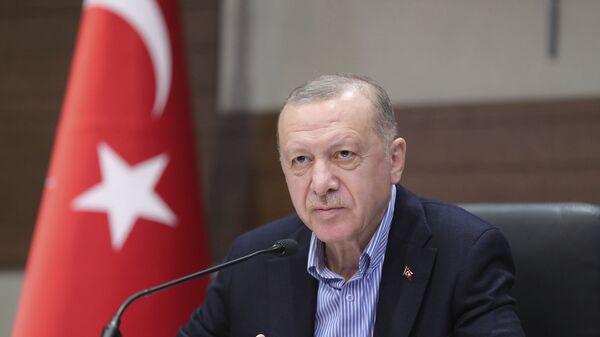 Президент Турции Реджеп Тайип Эрдоган на фоне турецкого флага во время пресс-конференции  - Sputnik Армения