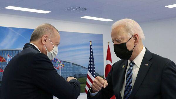 Президенты США и Турции Джо Байден и Реджеп Тайип Эрдоган здороваются во время встречи на полях саммита НАТО в Брюсселе (14 июня 2021). Бельгия - Sputnik Армения