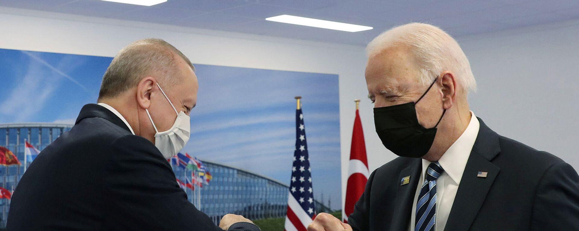 Президенты США и Турции Джо Байден и Реджеп Тайип Эрдоган здороваются во время встречи на полях саммита НАТО в Брюсселе (14 июня 2021). Бельгия - Sputnik Армения, 1920, 07.10.2021