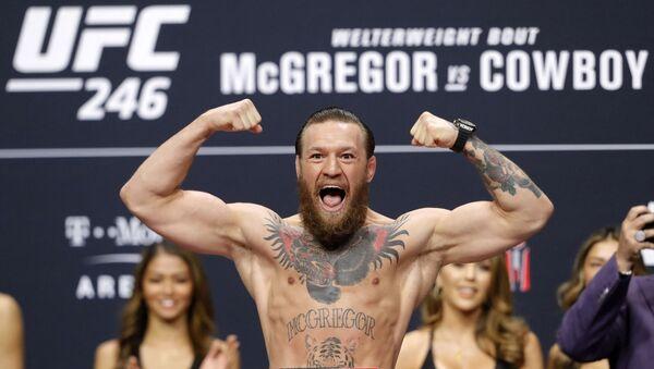 Конор Макгрегор позирует на весах во время торжественного взвешивания для UFC 246 (7 января 2020). Лас-Вегас - Sputnik Армения