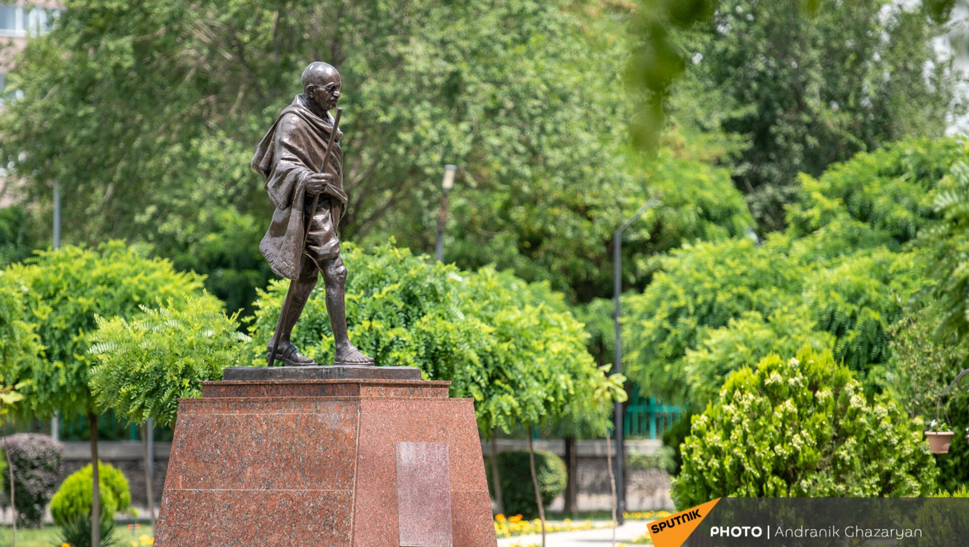 Памятник Махатме Ганди в общине Ачапняк в Ереване - Sputnik Արմենիա, 1920, 06.08.2021