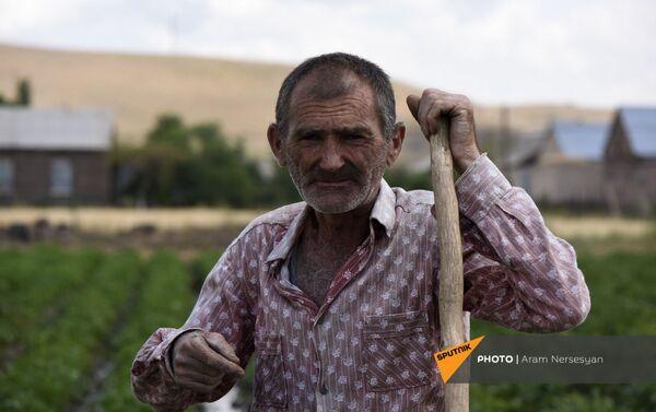 Житель села Бениамин за работой в поле - Sputnik Армения