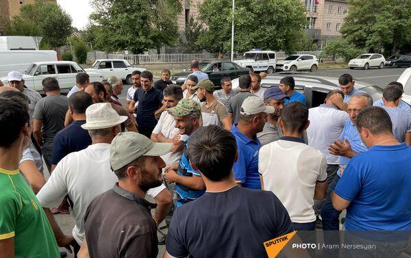 Пострадавшие от засухи жители села Бениамин приехали на встречу в администрацию Ширакской области - Sputnik Армения