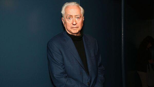 Режиссер Роберт Дауни-старший позирует для фотографий во время программы «Вечер с Робертом Дауни-старшим»  - Sputnik Արմենիա