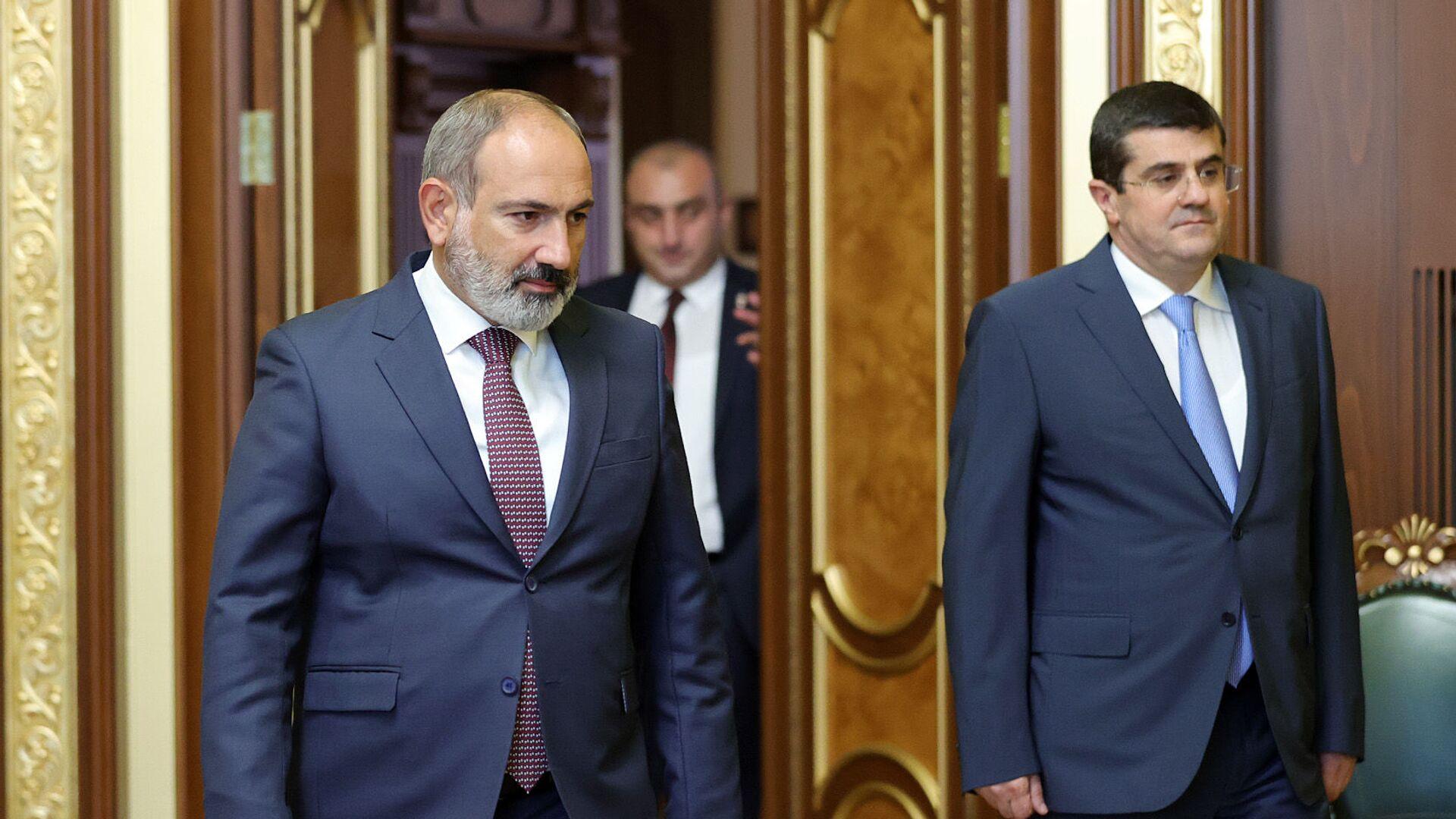 И.о, премьер-министра Никол Пашинян на встрече с президентом Карабаха Араиком Арутюняном (9 июля 2021). Еревaн - Sputnik Արմենիա, 1920, 21.09.2021