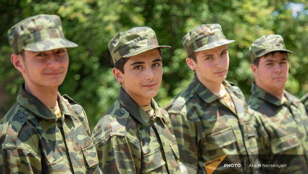 11-классники готовятся к военной жизни в военно-тренировочном лагере по пилотной программе КГМСН  - Sputnik Армения
