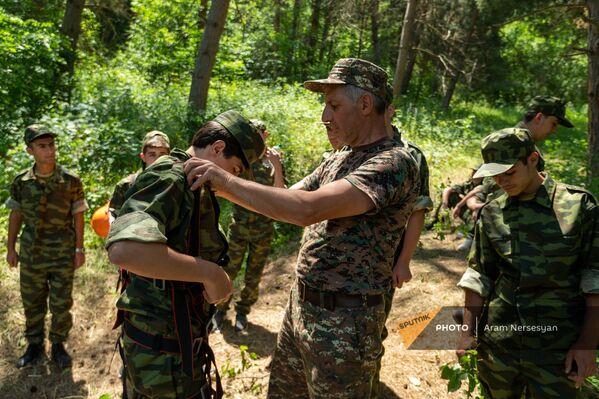 Ղեկավարը ստուգում է ուսանողների հանդերձանքը ռազմամարզական ճամբարում - Sputnik Արմենիա