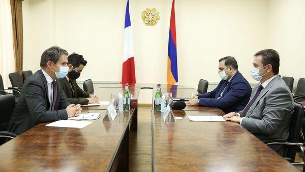 И.о. министра высоких технологий Айк Чобанян на встрече с Чрезвычайным и Полномочным послом Франции Джонатаном Лакотом (9 июля 2021). Еревaн - Sputnik Արմենիա