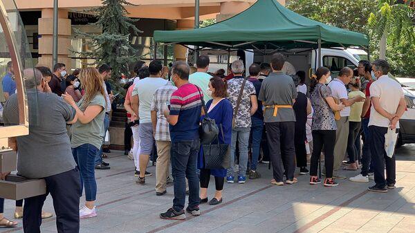 Очередь за вакцинацией у мобильной точки по прививке от коронавируса на Северном Проспекте (6 июля 2021 год). Еревaн - Sputnik Армения