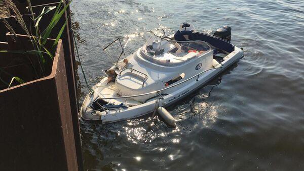 Транспортная лодка столкнулась с  ограждением Дудергофского канала (10 июля 2021). Санкт-Петербург - Sputnik Արմենիա