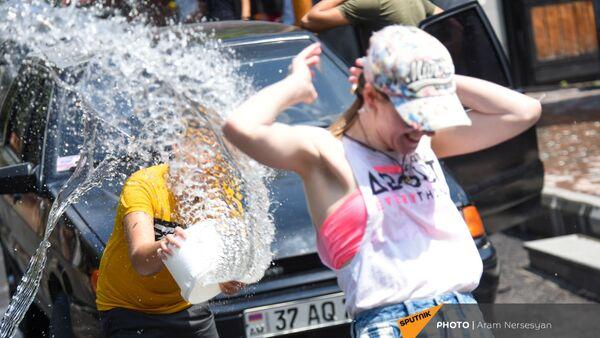 Туристов обливают водой во время праздника Вардавар (11 июля 2021). Гарни - Sputnik Արմենիա
