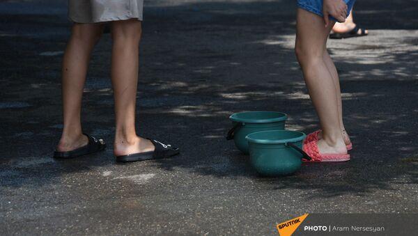 Дети с ведерками с водой во время праздника Вардавар (11 июля 2021). Гарни - Sputnik Արմենիա