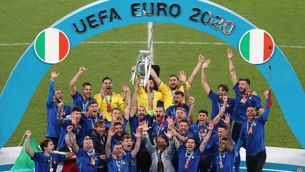 Футболисты сборной Италии c кубком на Euro-2020 (12 июля 2021). Лондон - Sputnik Արմենիա