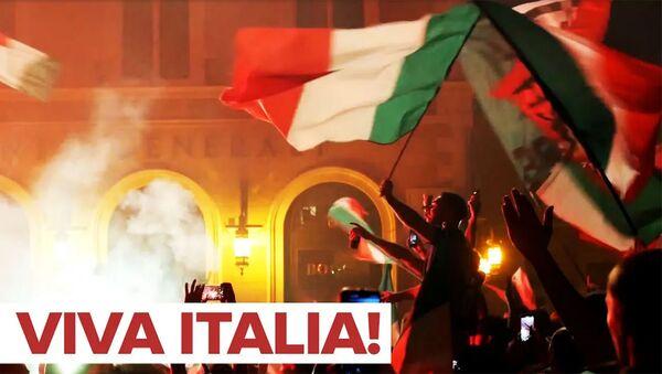 Болельщики сборной Италии по футболу празднуют победу в финале Евро-2020 - Sputnik Արմենիա