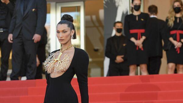 Американская модель Белла Хадид в платье Schiaparelli Haute Couture  на премьере фильма Три Этажа - Sputnik Армения