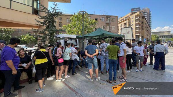 Очередь иранцев для вакцинации на Северном проспекте (12 июля 2021). Ереaан - Sputnik Армения