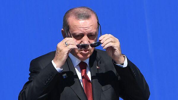 Президент Турции Реджеп Тайип Эрдоган надевает солнечные очки по прибытии на саммит НАТО (25 мая 2017). Брюссель - Sputnik Արմենիա