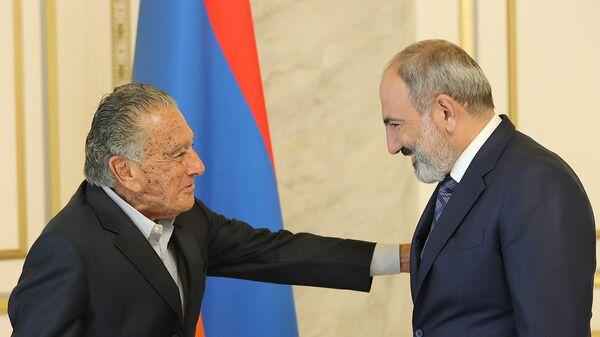И.о. премьер-министра Никол Пашинян встретился с национальным героем Армении Эдуардо Эрнекяном (12 июля 2021). Еревaн - Sputnik Արմենիա