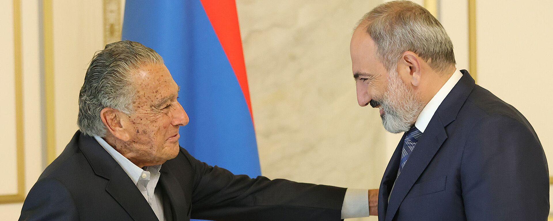 И.о. премьер-министра Никол Пашинян встретился с национальным героем Армении Эдуардо Эрнекяном (12 июля 2021). Еревaн - Sputnik Արմենիա, 1920, 12.07.2021