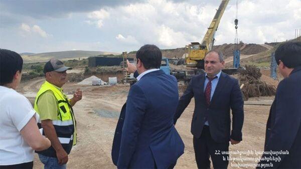 И.о. министра территориального управления инфраструктуры Сурен Папикян ознакомился с процессом строительства первого строящегося в Армении санитарного полигона (12 июля 2021). Котайк - Sputnik Արմենիա