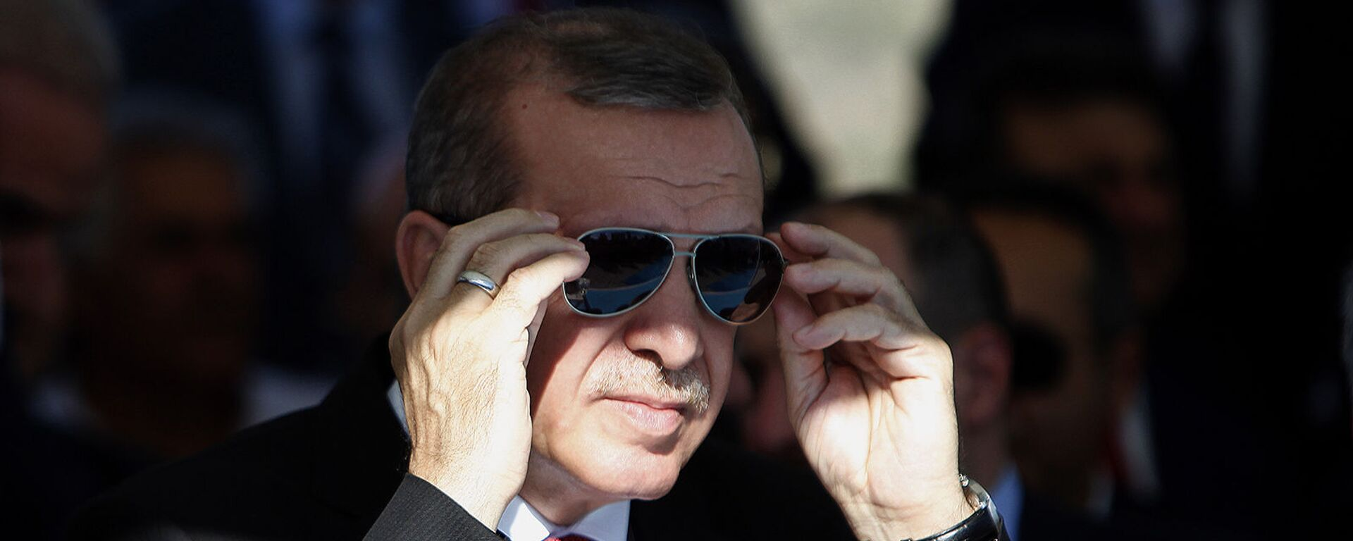 Президент Турции Реджеп Тайип Эрдоган поправляет солнцезащитные очки - Sputnik Армения, 1920, 13.07.2021