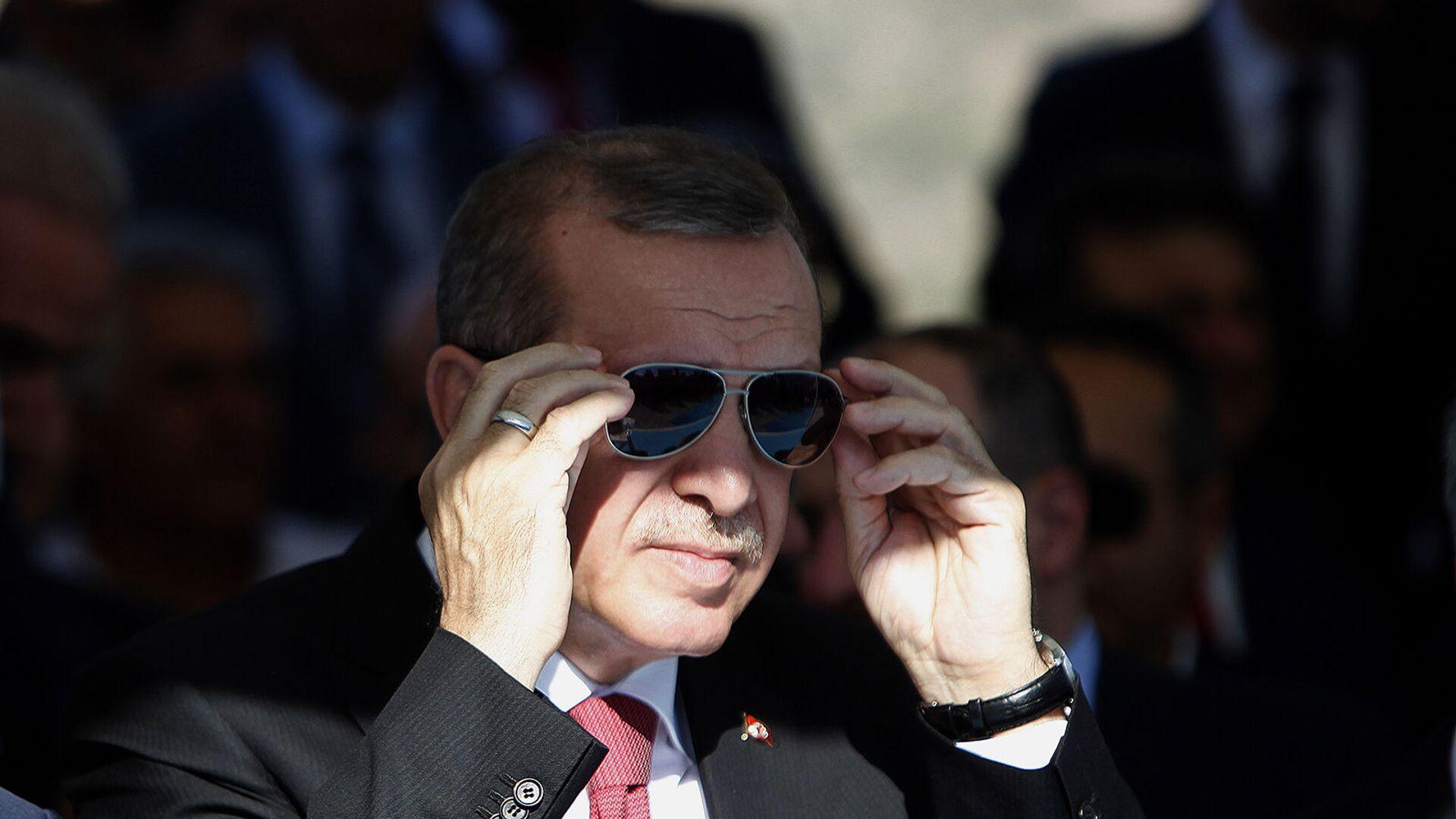 Президент Турции Реджеп Тайип Эрдоган поправляет солнцезащитные очки - Sputnik Армения, 1920, 03.09.2021