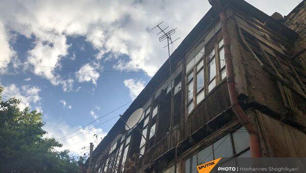 Вид со двора на старое здание на снос на улице Анрапетутян - Sputnik Армения