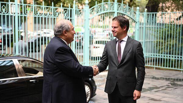 Президент Армен Саркисян и Чрезвычайный и полномочный посол Франции Джонатан Лакот на встрече по случаю национального дня Французской Республики - Sputnik Արմենիա