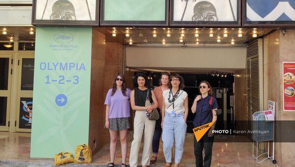 Режиссер Нора Мартиросян (вторая слева) и продюсер Жюли Парадян (вторая справа) с коллегами на показе своего фильма Когда стихнет ветер, представленного на Каннском кинофестивале - Sputnik Արմենիա