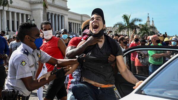 Арест участника антиправительственной демонстрации в Гаване, Куба - Sputnik Армения