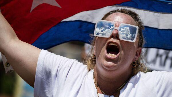 Женщина с кубинским флагом во время акции протеста перед Белым домом в Вашингтоне, США - Sputnik Армения