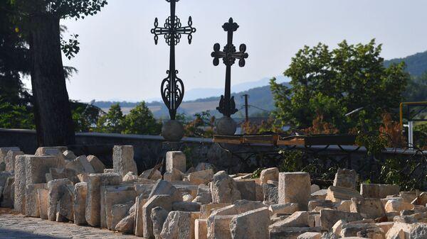 Снятые с армянского храма в Шуши кресты и хачкары - Sputnik Армения