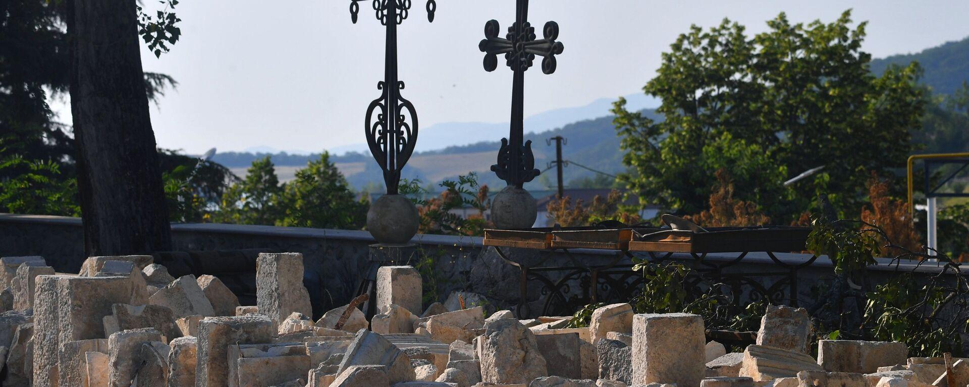 Снятые с армянского храма в Шуши кресты и хачкары - Sputnik Армения, 1920, 14.07.2021