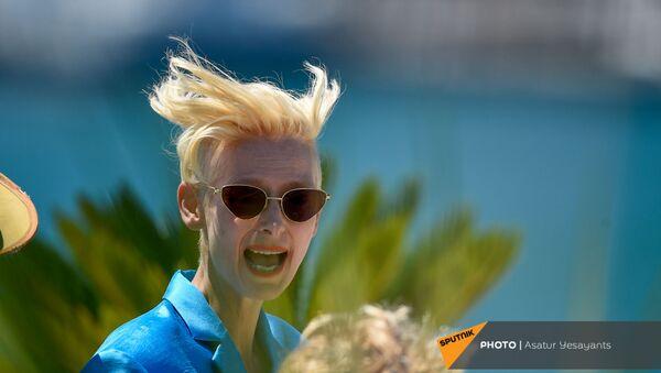 Британская актриса Тильда Суинтон в солнечных очках на премьере фильма Французская депеша на 74-м Каннском кинофестивале в Каннах - Sputnik Արմենիա