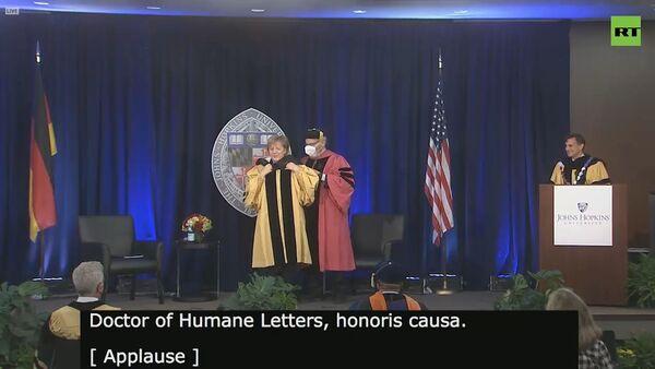 Ангела Меркель запуталась в костюме при вручении почётной докторской степени в Университете Джонса Хопкинса - Sputnik Армения