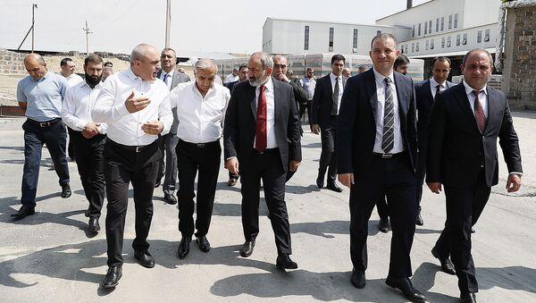 И.o. премьер-министра Никол Пашинян в сопровождении и.о. министра экономики Ваана Керобяна посетил предприятие «Саранист» (16 июля 2021). Еревaн - Sputnik Արմենիա