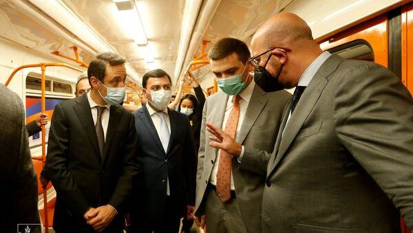 Председатель Европейского совета Шарль Мишель покатался в ереванском метро с мэром Айком Марутяном - Sputnik Армения
