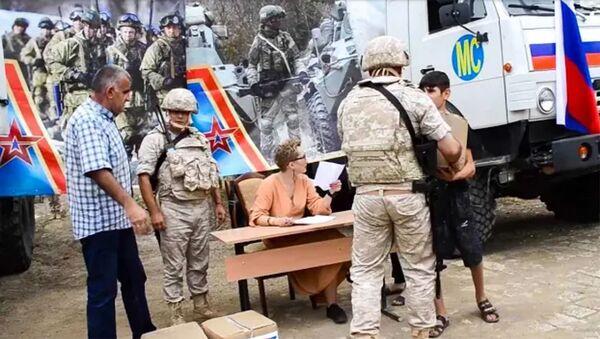 Гуманитарная акция российских миротворцев в селе Мачкалашен Мартунинского района - Sputnik Армения