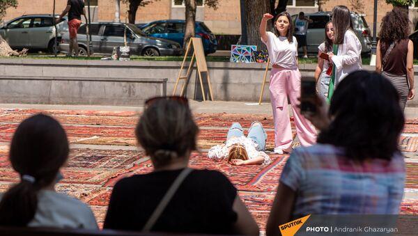 Спасенные образцы музея ковров Шуши вынесли на солнце - Sputnik Արմենիա