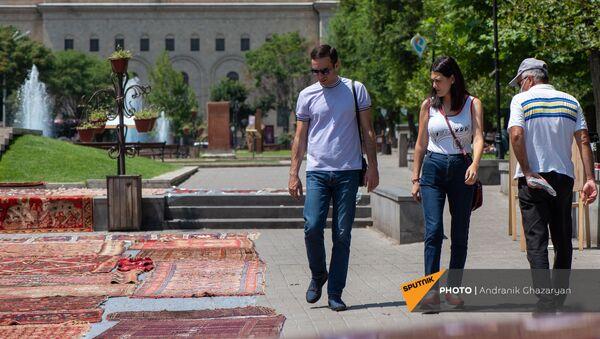 Спасенные образцы музея ковров Шуши вынесли на солнце - Sputnik Армения