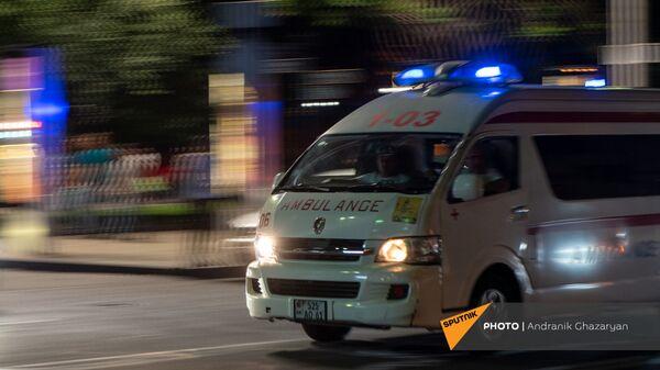 Автомобиль скорой помощи на улице Налбандяна в Ереване - Sputnik Արմենիա