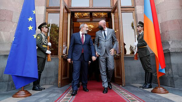 И.о. премьер-министра Армении Никол Пашинян и председатель Европейского совета Шарль Мишель покидают Дом правительства после совместной пресс-конференции по итогам встречи (17 июля 2021). Еревaн - Sputnik Армения