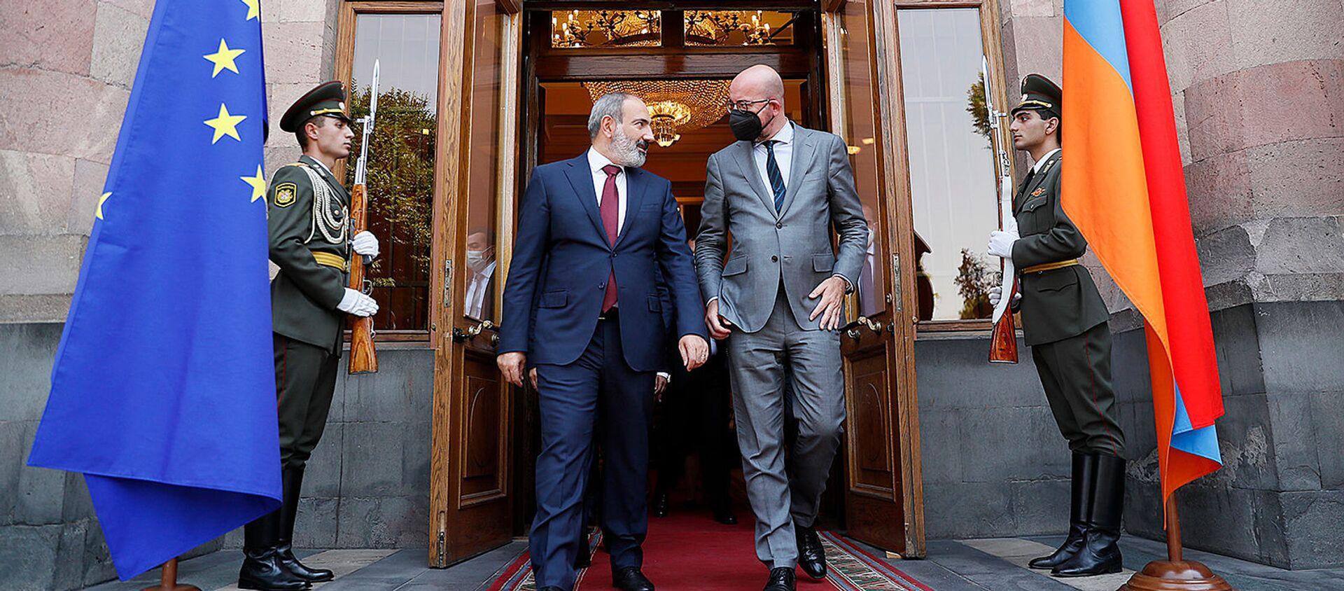И.о. премьер-министра Армении Никол Пашинян и председатель Европейского совета Шарль Мишель покидают Дом правительства после совместной пресс-конференции по итогам встречи (17 июля 2021). Еревaн - Sputnik Արմենիա, 1920, 19.07.2021