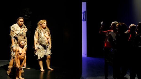 Посетители Музея слияний в Лионе у экспонатов Флореса, Гомо Сапиенса и Неандертальской женщины - Sputnik Армения