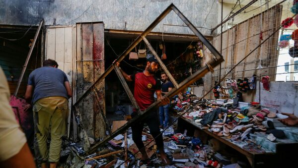 Люди на месте взрыва в районе Садр-Сити Багдада (19 июля 2021). Ирак - Sputnik Армения