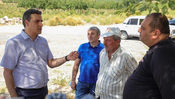 Омбудсмен Арман Татоян беседует с жителями села Ерасх для сбора фактов по ночному обстрелу со стороны Азербайджана (20 июля 2021). Ерасх - Sputnik Արմենիա