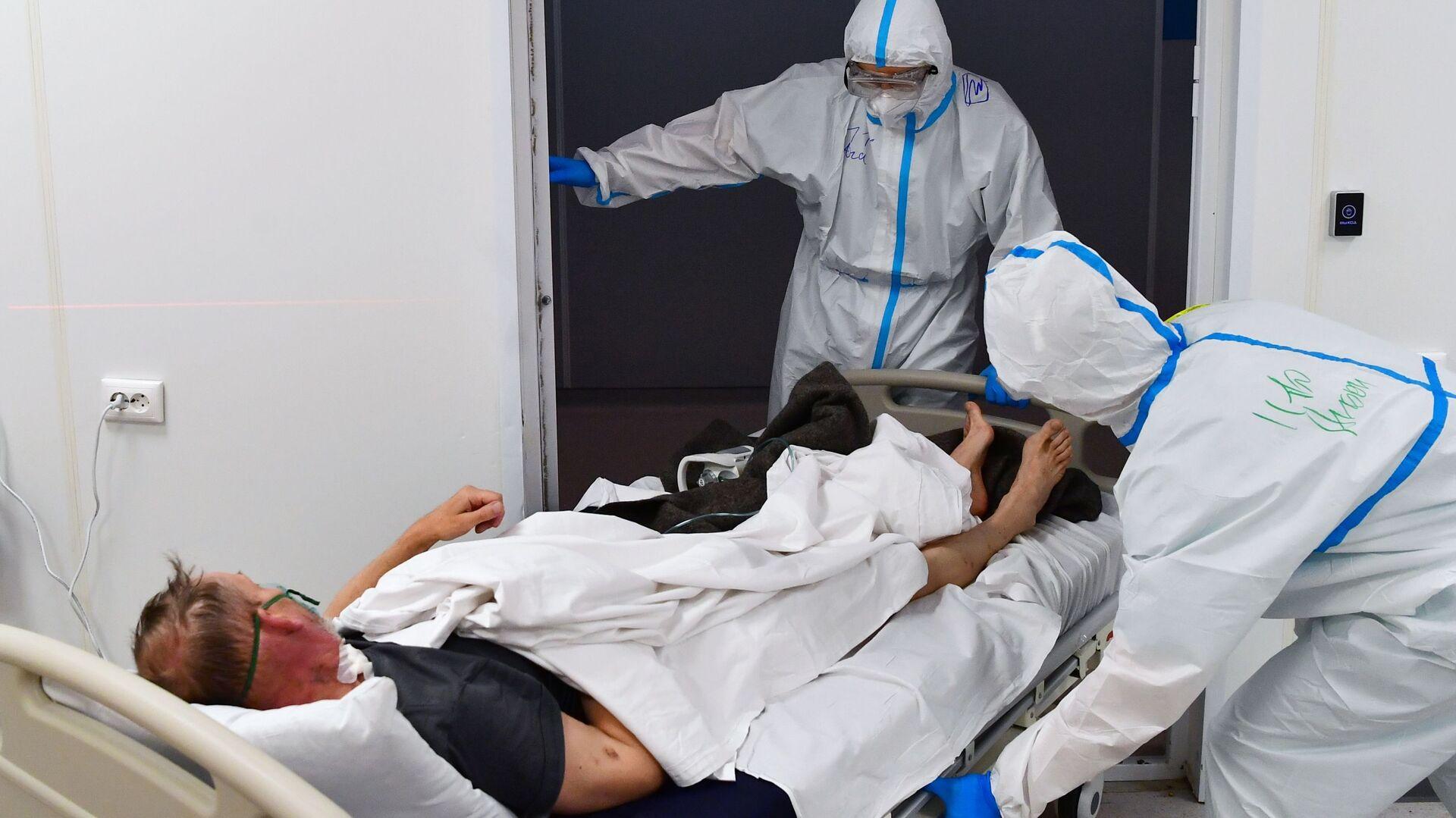 Пандемия коронавируса - врачи лечат зараженного COVID-19 в больнице - Sputnik Армения, 1920, 28.09.2021