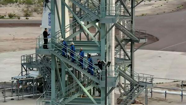 Уолли Фанк, Джефф Безос, Марк Безос и Оливер Дэмен поднимаются на вышку для экипажа во время первого полета с экипажем многоразового корабля New Shepard от Blue Origin (20 июля 2021). Ван Хорн, штат Техас - Sputnik Армения